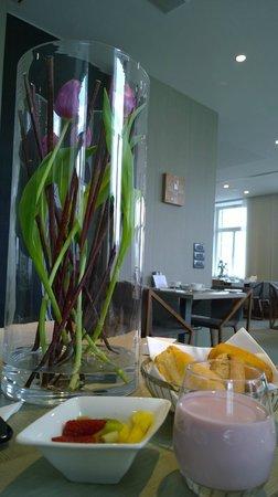 Hotel Cubo: Frühstücksraum, Früchte und frischen Blumen
