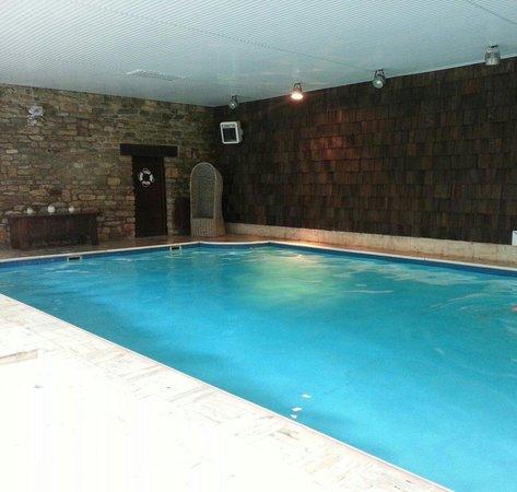 Les Moulins du Duc : La piscine est d une taille correcte mais mal sécurisée,glissante et la profondeur n est pas aff