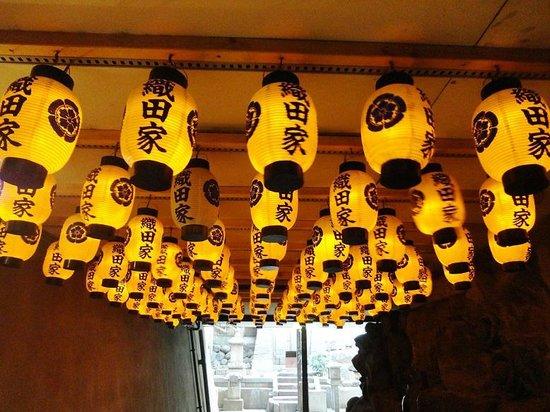Banshoji Temple: 墓所へは提灯をくぐります