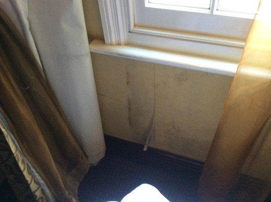 Shaftesbury Hyde Park International: Mould & damp under window room 005