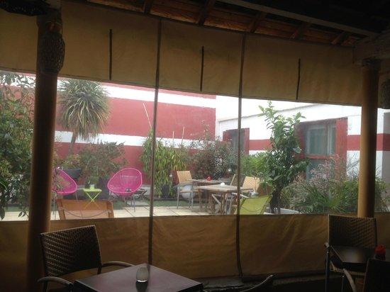 Cote Patio Hotel Nimes : Coin fumeur et patio