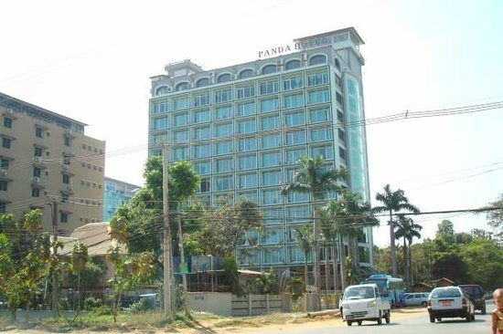 Myanmar Panda Hotel : View of the hotel from the road