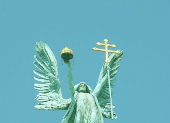 Angelico Tours : The angel of Budapest Heroes' Square