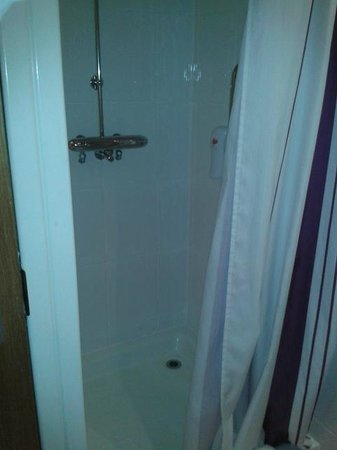 Premier Inn Middlesbrough Central South Hotel: shower