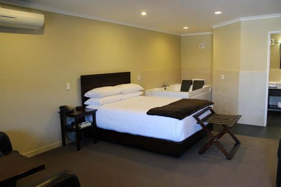 Aotea Motor Lodge: Bedroom with double spa