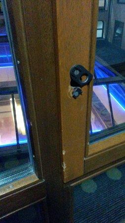 Mercure Salzburg Central: Dettaglio della finestra in corridoio