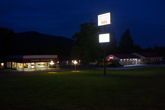 Shepherd Mountain Inn & Suites: Night view of the Spepherd Moutain Inn