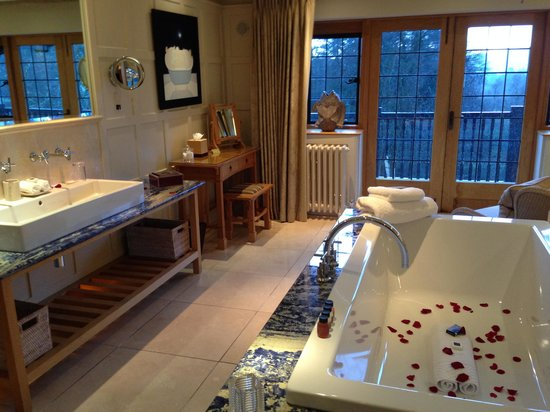 Gidleigh Park Hotel: Petals in the bath
