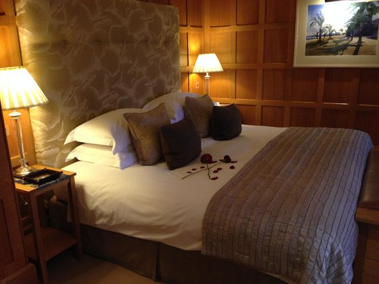Gidleigh Park Hotel: Petals on the bed