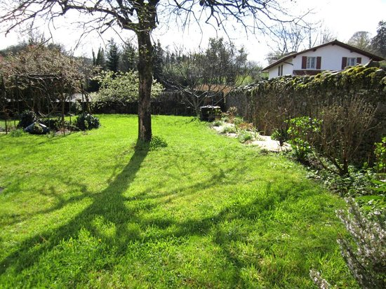 """Maison Ziberoa : Le jardin vu de la chambre """"galets"""""""