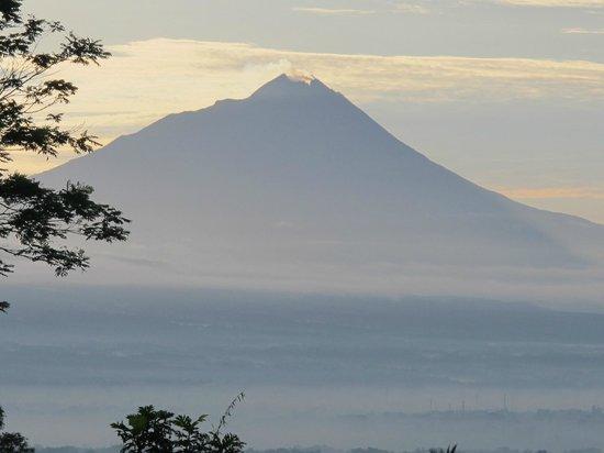 Villa Sumbing Indah: Gunung Merapi in morning mist - still smoking!