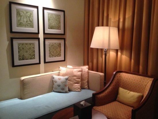 The Ritz-Carlton, Dubai : Seating area in room