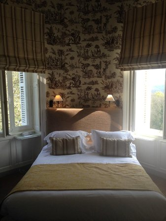 Domaine de la Tortiniere: round turret bedroom