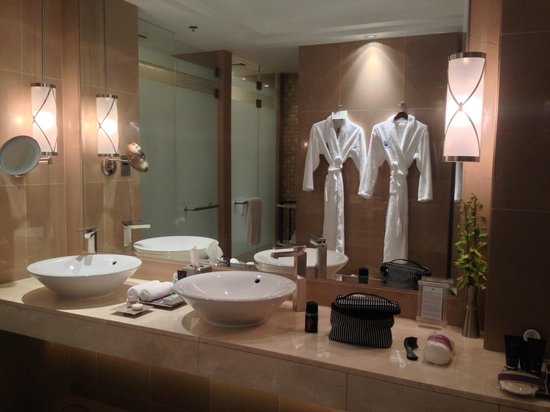 The Ritz-Carlton, Dubai: Spacious bathroom