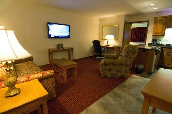 Shepherd Mountain Inn & Suites: Living area in our spacious 2 room suites at Shepherd Mountain Inn
