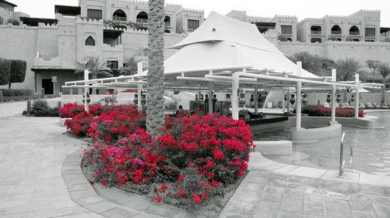 Qasr Al Sarab Desert Resort by Anantara: Poolside Bar
