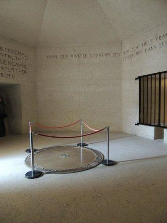 Mémorial des Martyrs de la Déportation : memorial flame