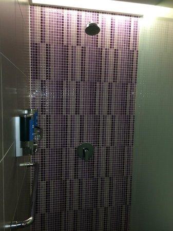 Aloft Kuala Lumpur Sentral: It's shower time.