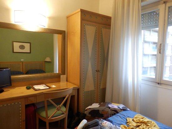 Hotel Touring Pisa : Armario con caja fuerte