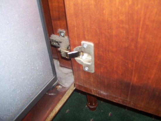 NH New York Jolly Madison Towers: fridge cupboard..cleaning standard around hotel