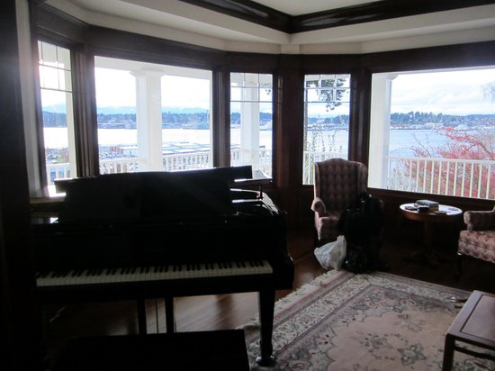 Cedar Cove Inn: The music room with the lovely Harbour behind