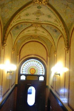 Upper Room Hotel: Потолок в холле