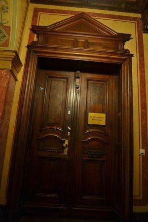 Upper Room Hotel: Входная дверь в отель
