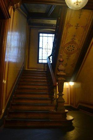 Upper Room Hotel: Лестница ведущая в отель