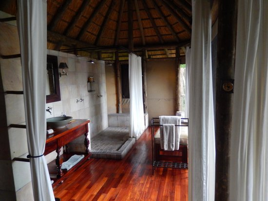 Wilderness Safaris Kings Pool Camp : Bath area