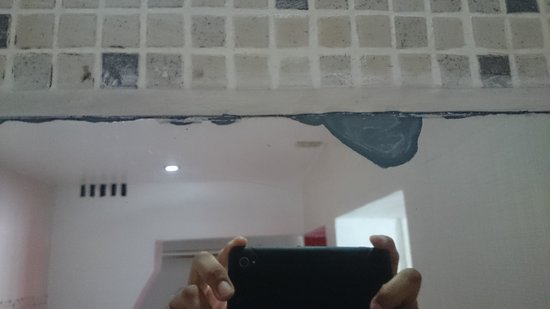 Be Live Experience Hamaca Suites : The mirror was broken