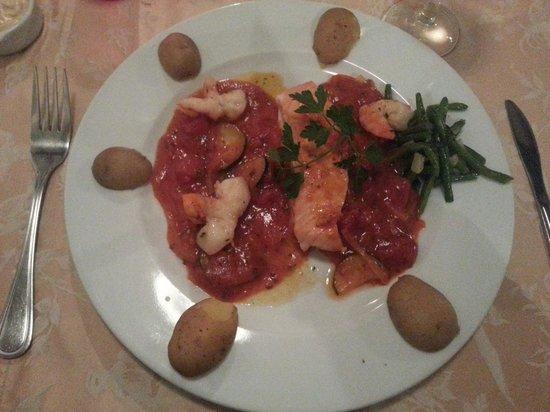 la Bicoque: Filet de saumon et scampis rôtis aux courgettes et coulis de tomates fraîches au basilic