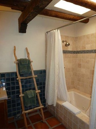 La Posada de Taos B&B: jacuzzi tub and skylight