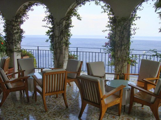 Santa Caterina Hotel: One of the lounges around the property