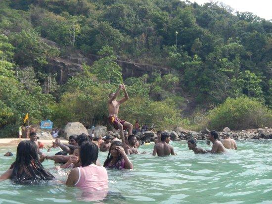 местные играют на Jungle Beach