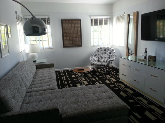 Kimpton Surfcomber Hotel : Living room of suite (free upgrade)