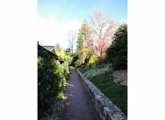 Gaige House, A Four Sisters Inn: Walkway to suites