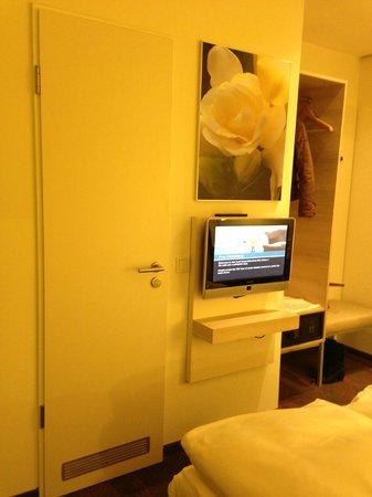 H+ Hotel München: Вход в ванную