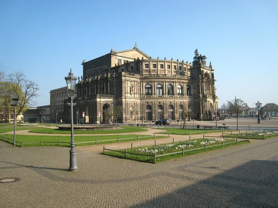 Semper Opera House (Semperoper): Out on its own