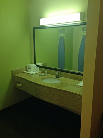 Howard Johnson Express Inn - Tallahassee : sink