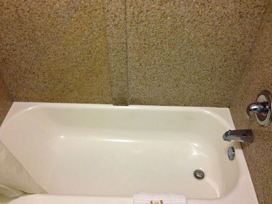 Howard Johnson Express Inn - Tallahassee: bath