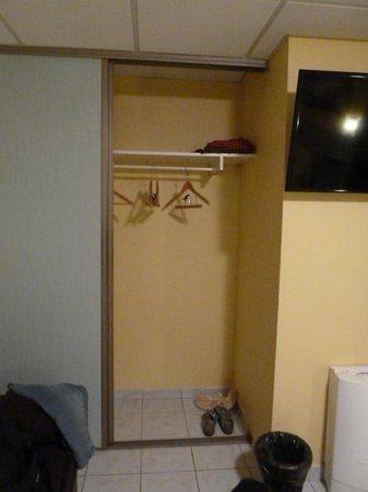 Hotel Camille : Schrank im Zimmer