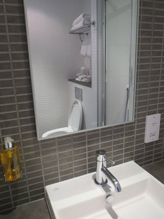 DoubleTree by Hilton Hotel London -Tower of London: Bathroom
