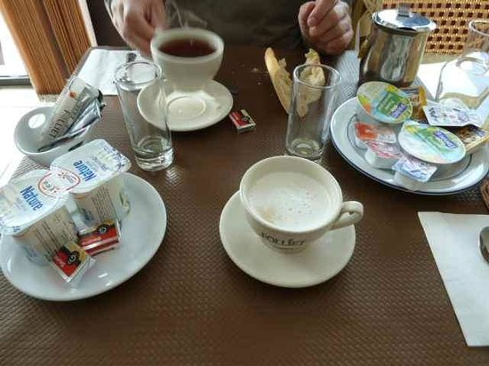 Hotel Camille : Frühstück es gibt keine Teller, vielleicht ist das so üblich