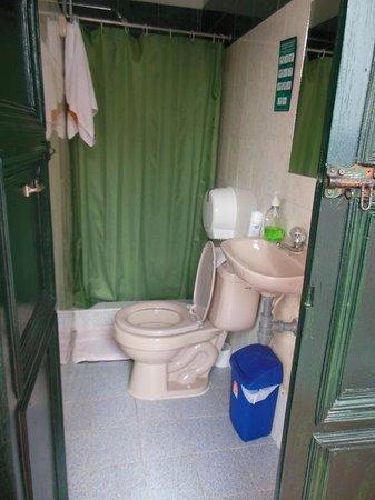 Hostal Sue Candelaria: Bathroom