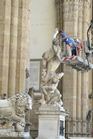Loggia dei Lanzi: Getting it ready for the day