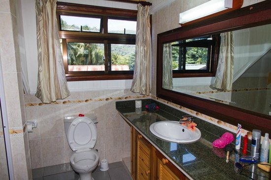 Chalets d'Anse Reunion: Toilet and shower on the second floor
