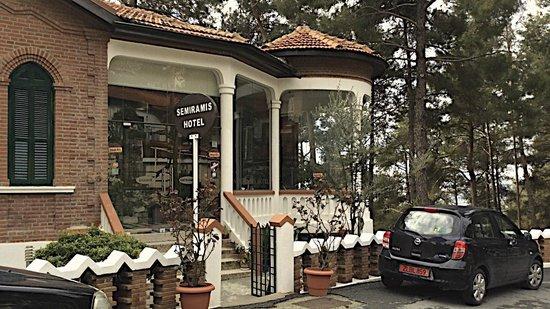 Semiramis Hotel: The imposing entrance