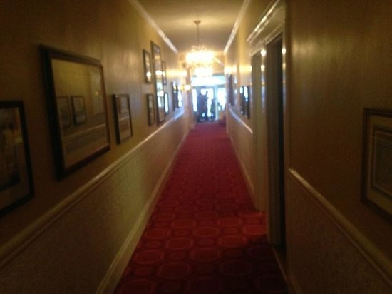 Hotel Beresford : View down hall towards front door/office on Sutter St