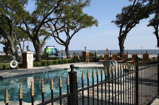 Holiday Inn Express Long Beach: Pool