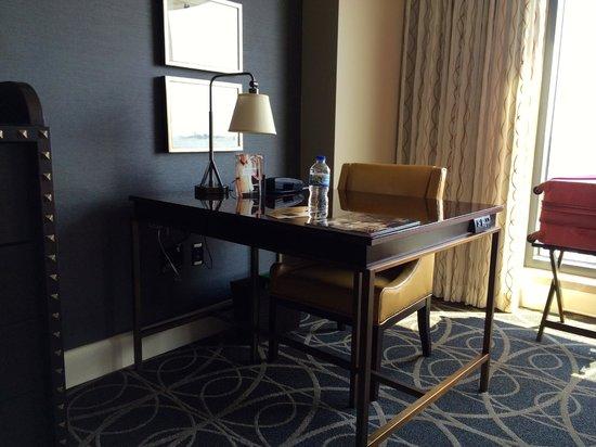 Omni Nashville Hotel: Desk Area.  So many outlets!!!